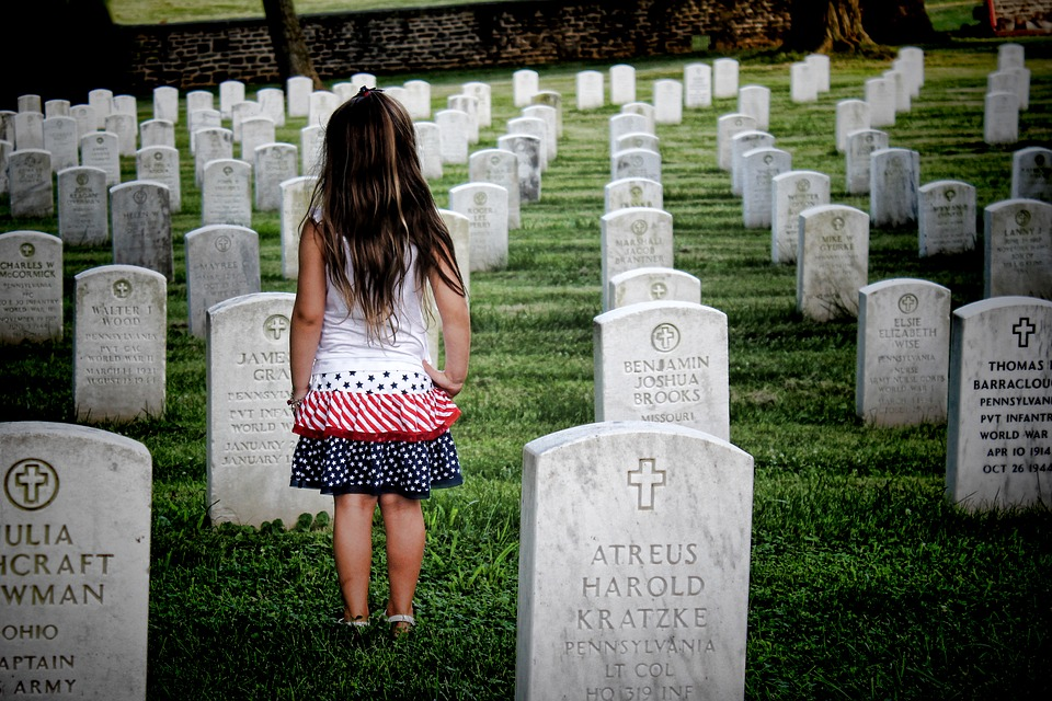 Enfant au cimetière